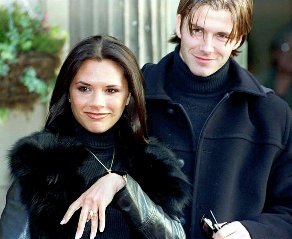 Posh Spice, eller Victoria Adams som hun het den gang, viser stolt frem forlovelsesringen som David Beckham ga henne i 1998. 4. juli 2019 er det 20 år siden de ga hverandre sitt ja.