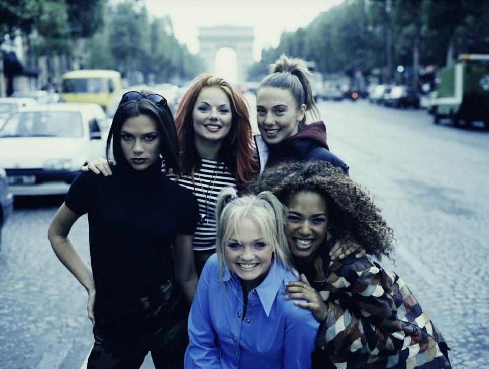 Spice Girls, med Emma Bunton ('Baby Spice'), Victoria Beckham ('Posh Spice'), Geri Halliwell ('Ginger Spice', Melanie Chisholm ('Sporty Spice') og Melanie Brown ('Scary Spice') reiste verden rundt i sin storhetstid. Her er gjengen samlet i Paris i 1996.