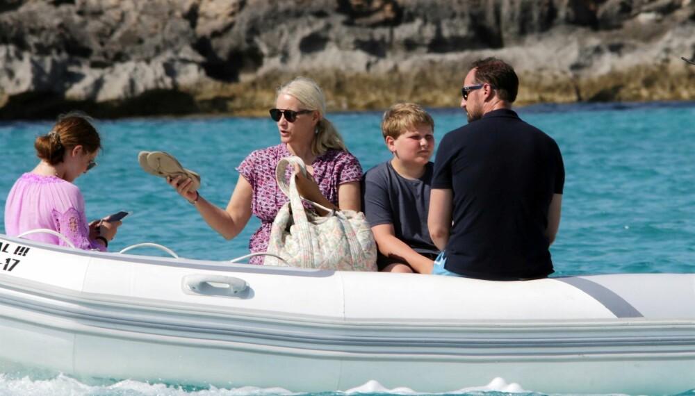 KOSER SEG PÅ BÅTTUR: Prinsesse Ingrid Alexandra (f.v.), kronprinsesse Mette-Marit, prins Sverre Magnus og kronprins Haakon på båttur ved Formentera rett utenfor Ibiza.