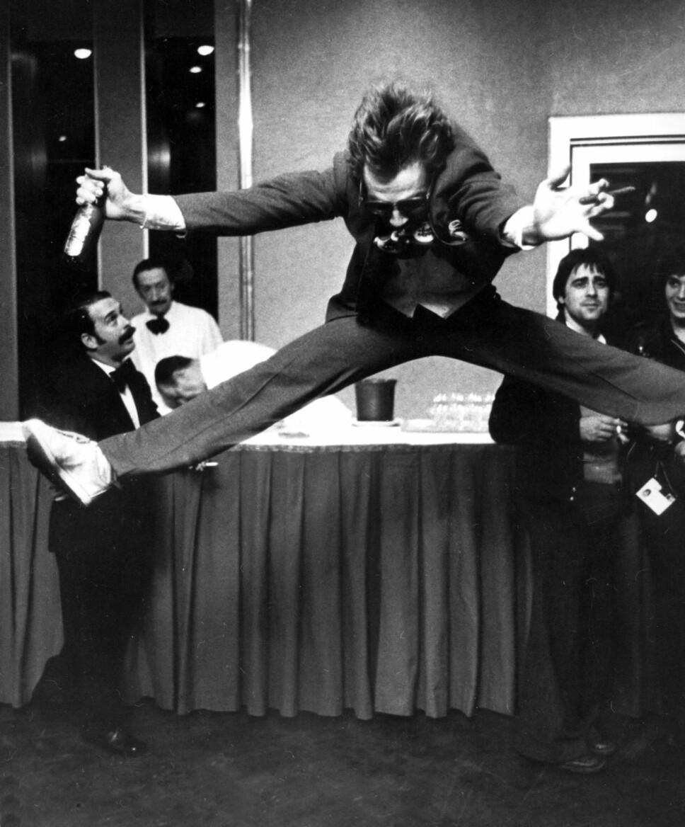 ORIGINALEN: I slageren «Mil etter mil» hopper Jahn Teigen sitt karakteristiske splitthopp.