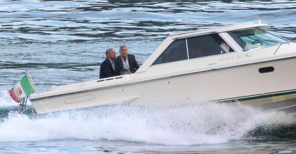 VANNTETT VENNSKAP: Barack Obama og George Clooney nyter den korte båtturen fra Villa Oleandra til stedet hvor de skulle delta på et veldedighetsarrangement.