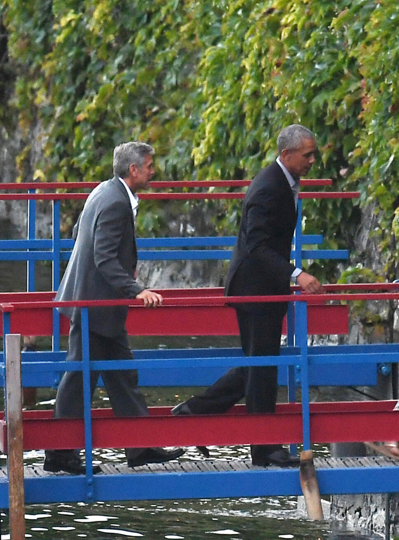 PÅ VEI I LAND: George Clooney og Barack Obama på vei i land ved Lake Como i Italia.