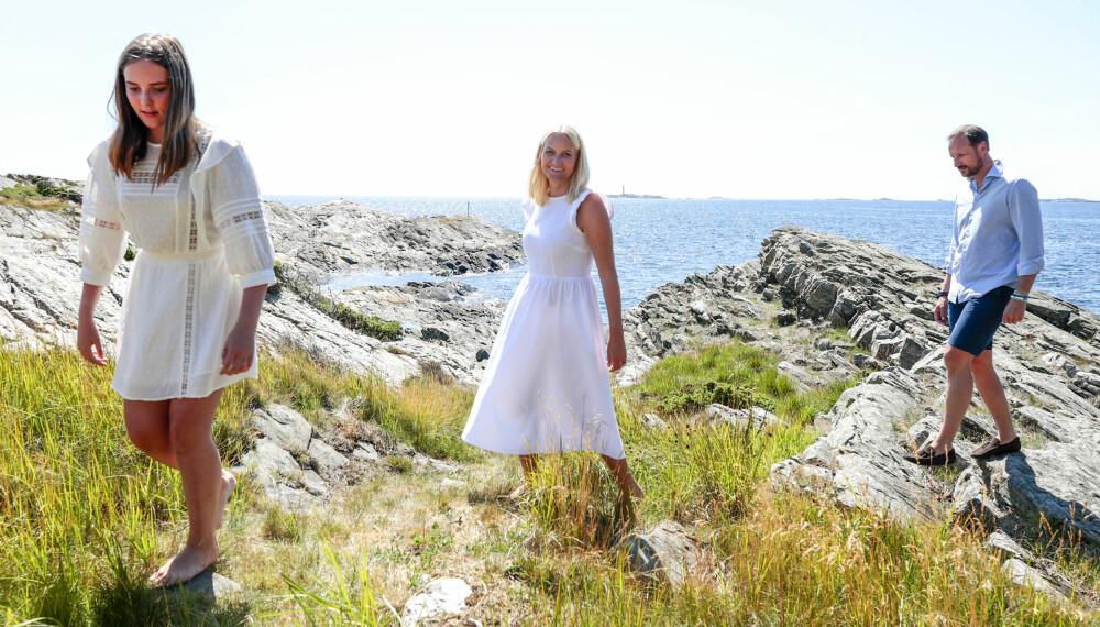 SOMMERLIGE: Prinsesse Ingrid Alexandra og kronprinsesse Mette-Marit ser nydelige ut i sine hvite sommerkjoler. Bak ser vi kronprins Haakon.