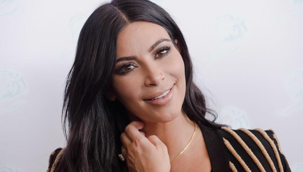 KIM KARDASHIAN: Får høre det i sosiale medier etter at hun stilte opp på kampanjebilder for merket Carolina Lemke iført solbriller som har store likhetstrekk med et solbrillepar fra det italienske merket Emilio Pucci.