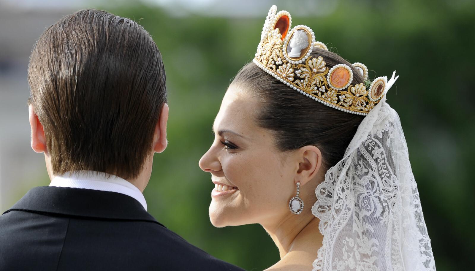 NYDELIG TIARA: Kronprinsesse Victoria valgte Kamé-garniture, som er laget av gull, perler, diamanter og store kameer med tilhørende øreringer, da hun giftet seg med prins Daniel i 2010.