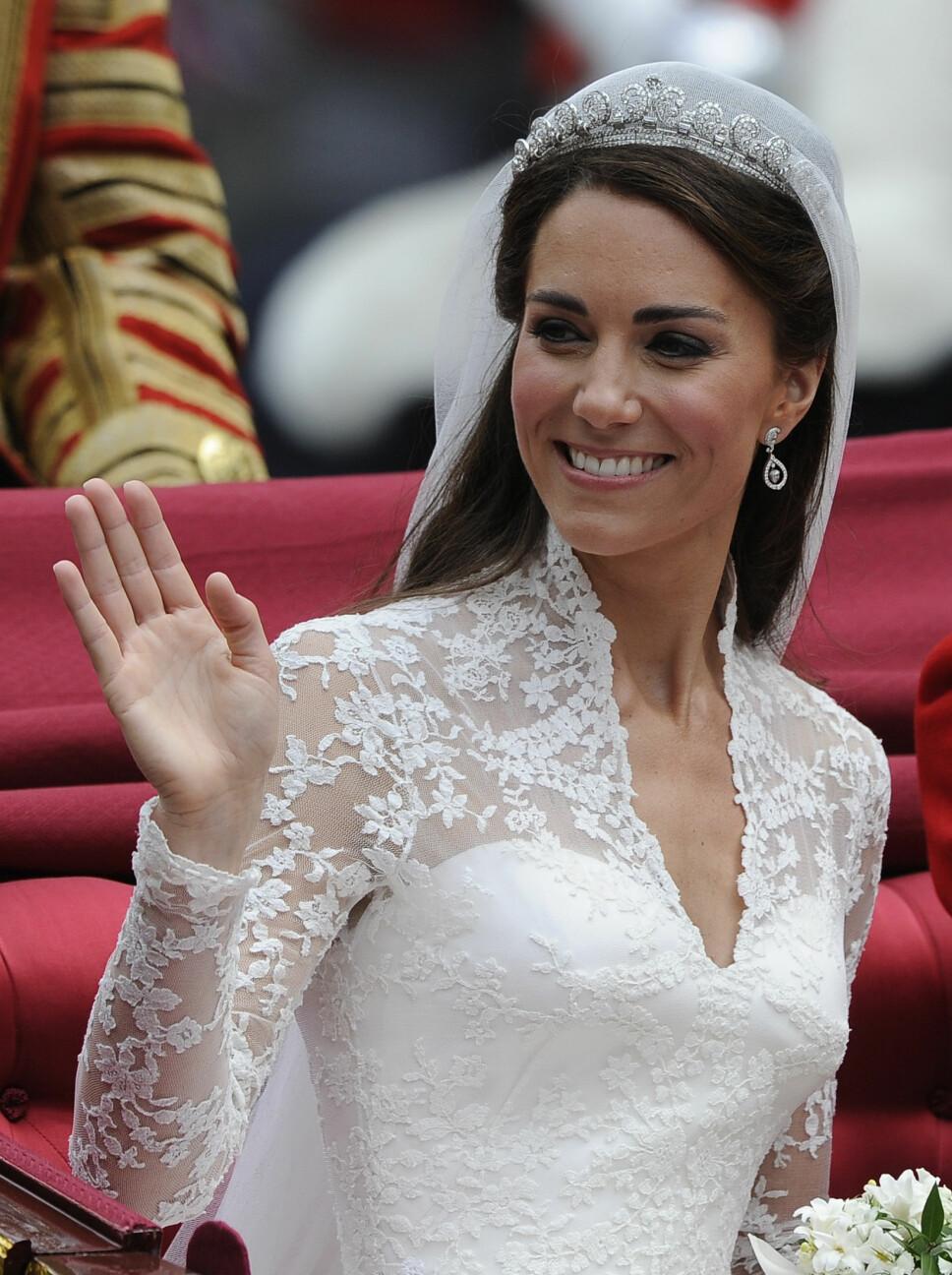VAKKER: Hertuginne Kate på bryllupsdagen sin 29. april 2011. Tiaraen hun bærer fra Cartier har over tusen små diamanter.