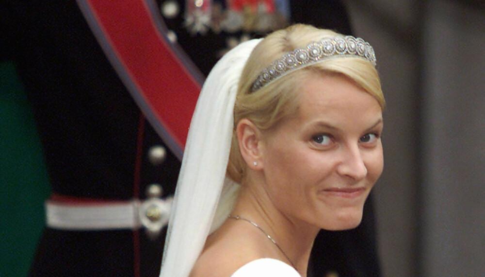 METTE-MARIT: I tiaraen hun fikk av sine svigerforeldre. Her er hun avbildet på bryllupsdagen sin 25. august 2001.