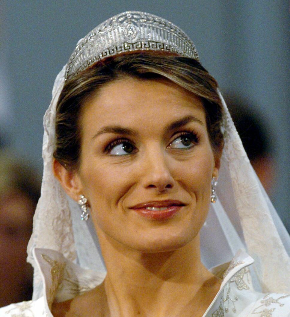 GRESKINSPIRERT: Dronning Letizias nydelige platina- og diamanttiara. Her da hun giftet seg med kong Felipe i Madrid 22. mai 2004.
