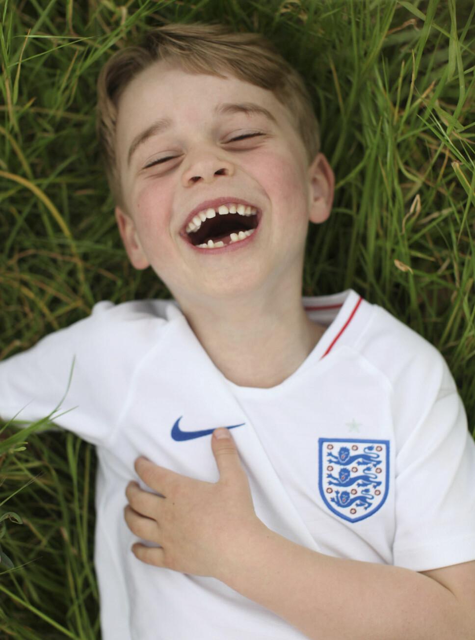 SJARMTROLL: Prins George har bursdag, og den anledning har Kensington Palace offentliggjort nye bilder av ham, tatt av mamma Kate.