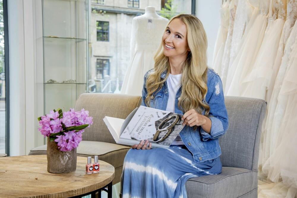 MYE ERFARING: Pia har gitt ut boken «Kunsten å feire bryllup» sammen med Einar Gelius, og holder fremdeles foredrag om bryllup over hele landet.