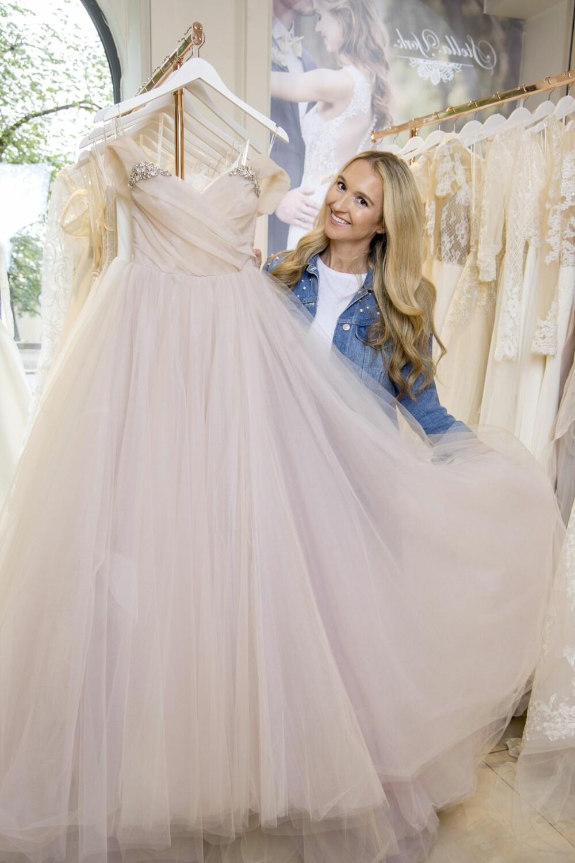 BRYLLUPSPLANLEGGER: – Det er fint å hjelpe brudepar med drømmebryllupet, sier Pia som til daglig jobber som bryllupsplanlegger.