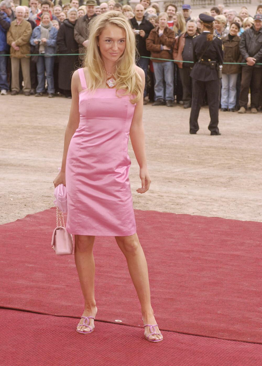 STERKT INNTRYKK: Pia ble kjent da hun stilte opp på den røde løperen i denne kjolen under dåpen til prinsesse Ingrid Alexandra i 2004.