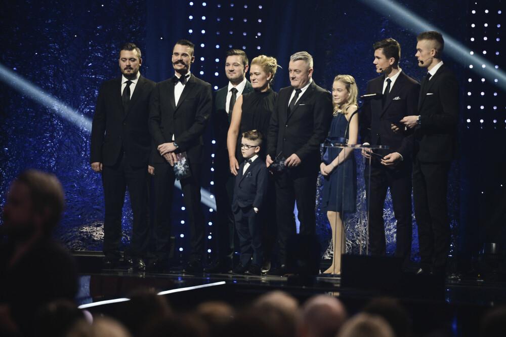 STORFAMILIEN: Familien Ingebrigtsen er blitt profilerte gjennom NRK-serien Team Ingebrigtsen. Av søskenflokken på syv er tre av gutta i verdenstoppen i sin idrettsgren. her deler de ut pris i forbindelse med Idrettsgallaen i 2019.