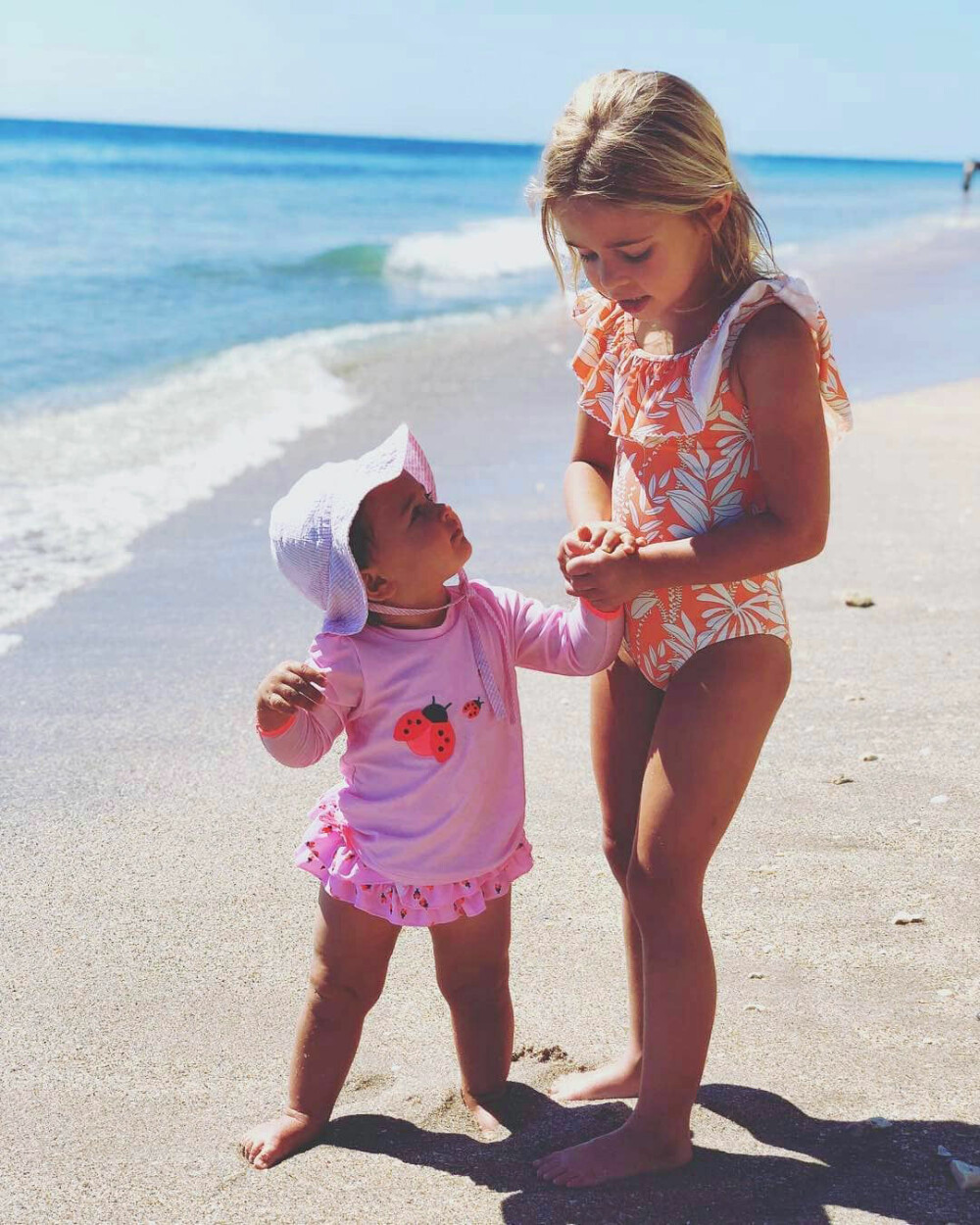 SOL OG SOMMER: Storesøster Leonore og lille Adrienne stortrives på stranda i Miami. Mamma Madeleine er fotograf.