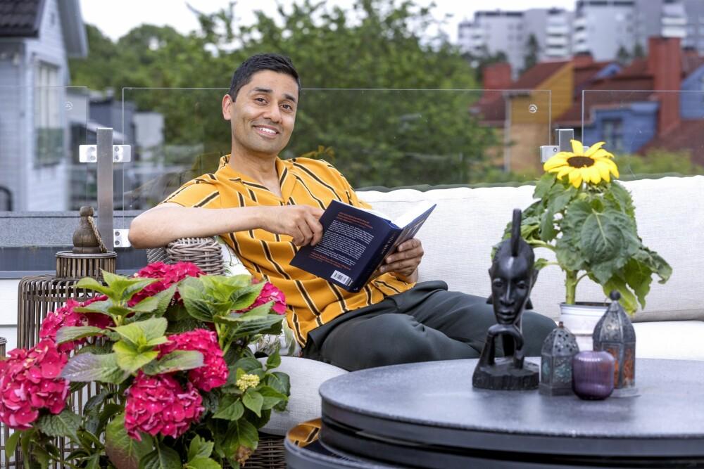 HIMMELSK: – Det er himmelsk å sitte her oppe på terrassen, sier Noman Mubashir, som elsker å slappe av i sitt vakre hjem.
