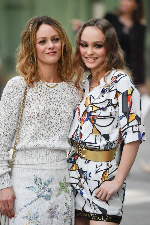 GODE GENER: Lily-Rose Depp (20) ned mamma Vanessa Paradis (46).