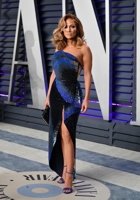BURSDAG: Jennifer Lopez er 50 og fantastisk. 24. juli har hun altså jubileum, og feirer det blant annet med å gratulere seg selv med dagen! Akkurat slik vi ville gjort det selv. Bildet er fra Vanity Fair-fest i forbindelse med Oscar-utdelingen tidligere i år.