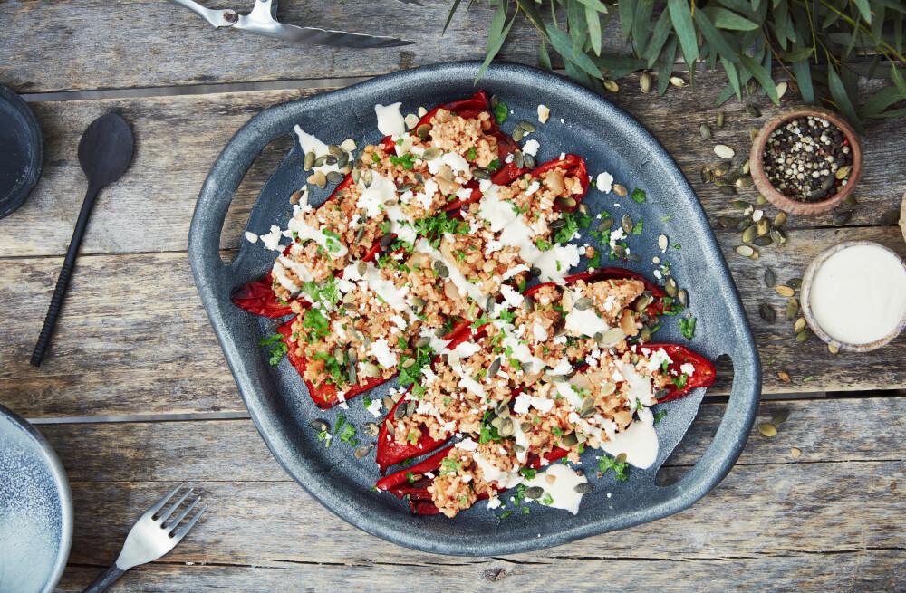 Bakt paprika med bulgur- og linsemiks.