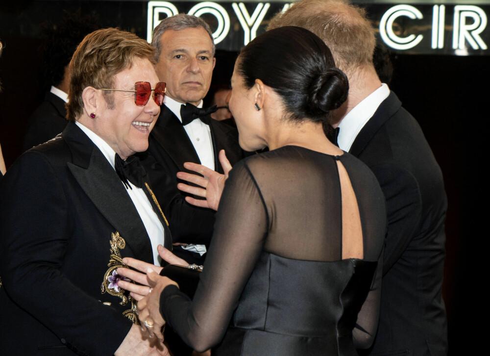 PÅ PREMIERE: Elton John koste seg sammen med hertuginne Meghan og prins Harry (delvis skjult).