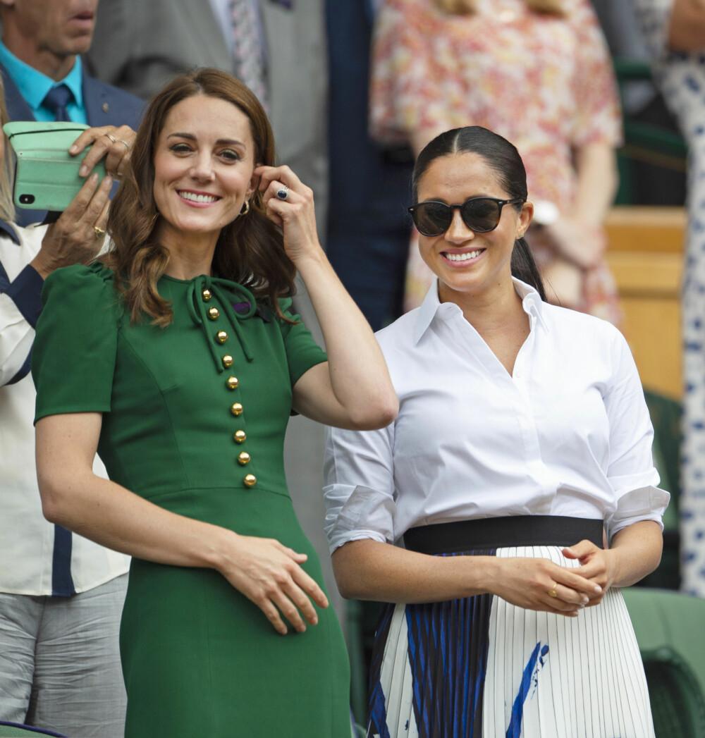 VENNER ELLER UVENNER?: I britiske medier hevdes at det at hertuginnene Kate og Meghan ikke går så godt overens. Men stemningen var i hvert fall god da de overvar damefinalen i den prestisjefylte Wimbledon-turneringen sammen.