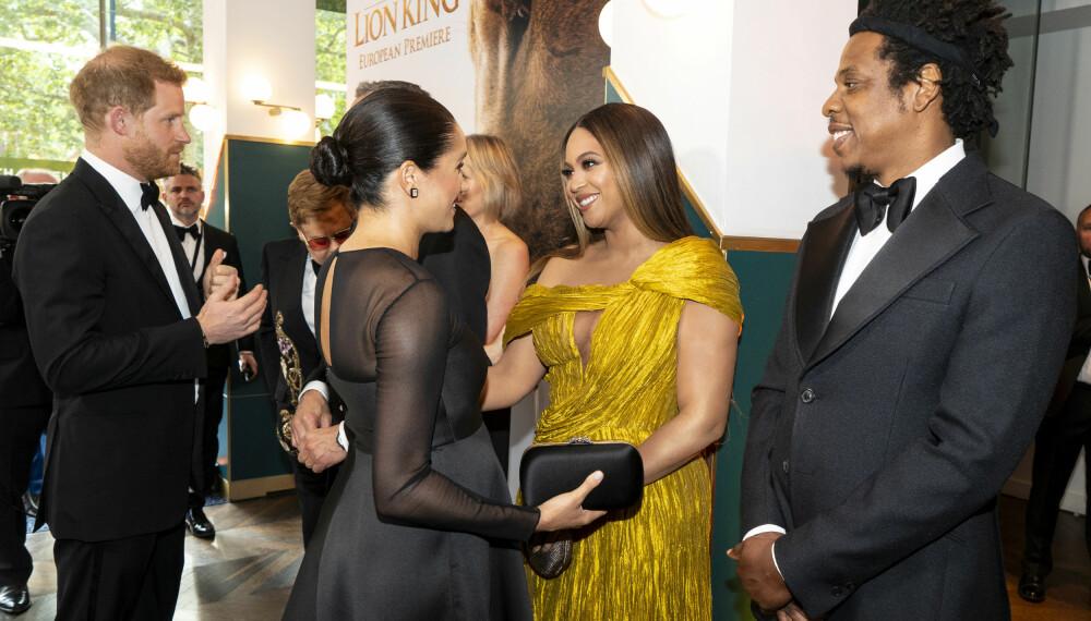 HYGGELIG MØTE: Hertuginne Megan og Beyoncé skal visstnok ikke ha møtt hverandre før, men de fant uansett tonen på filmpremieren.