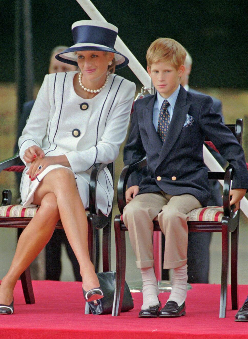 MOR OG SØNN: Her er Diana og Harry avbildet sammen i London sommeren 1995, to år før den lille prinsen brutalt mistet sin kjære mamma.