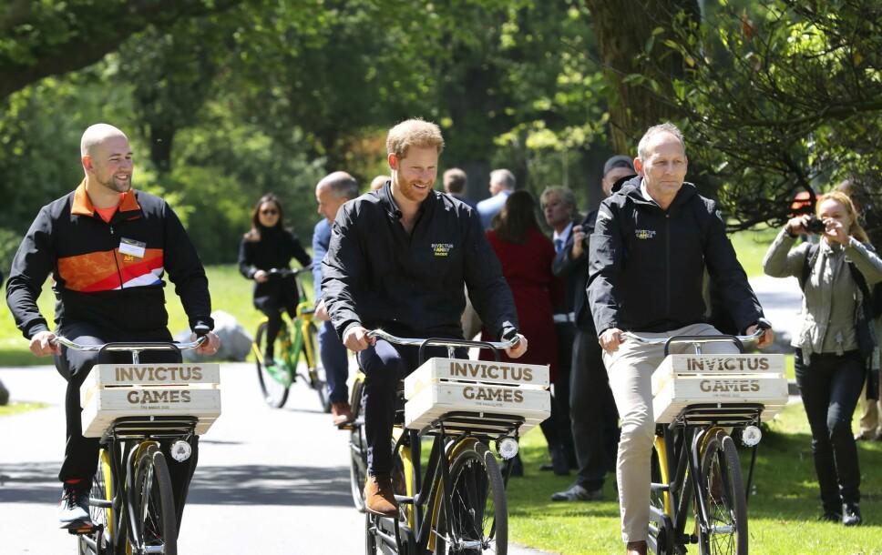 PÅ SYKKELTUR: Dennis van der Stroom og prins Harry syklet rundt Zuiderpark i Haag, der Invictus Games skal foregå neste år.