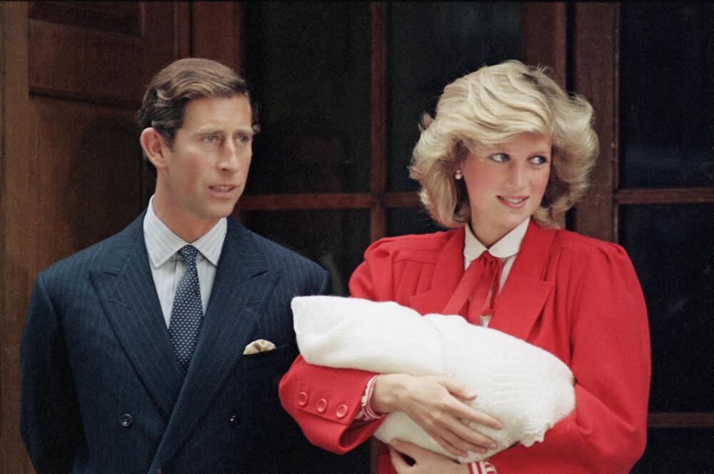 STOLTE FORELDRE: Her har Diana lille Harry i favnen mens hun og prins Charles poserer utenfor St. Mary's Hospital i London 16. september 1984, dagen etter at den lille prinsen ble født.