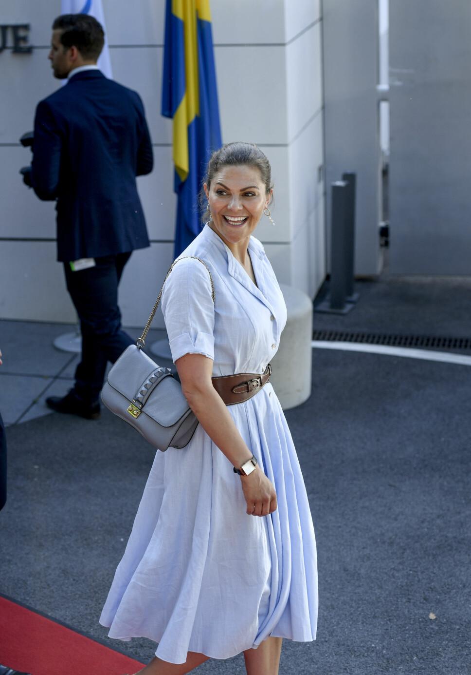 Kronprinsesse Victoria i en lyseblå kjole fra Camilla Thulin.