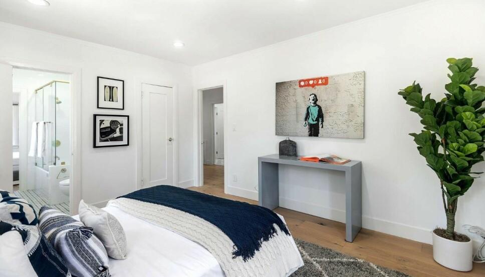 SOVEROM: Flere av de store soverommene i huset er tilknyttet bad.
