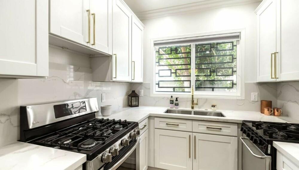 KJØKKENET: Er ikke det største, men har god benkeplass med flater i hvit marmor.