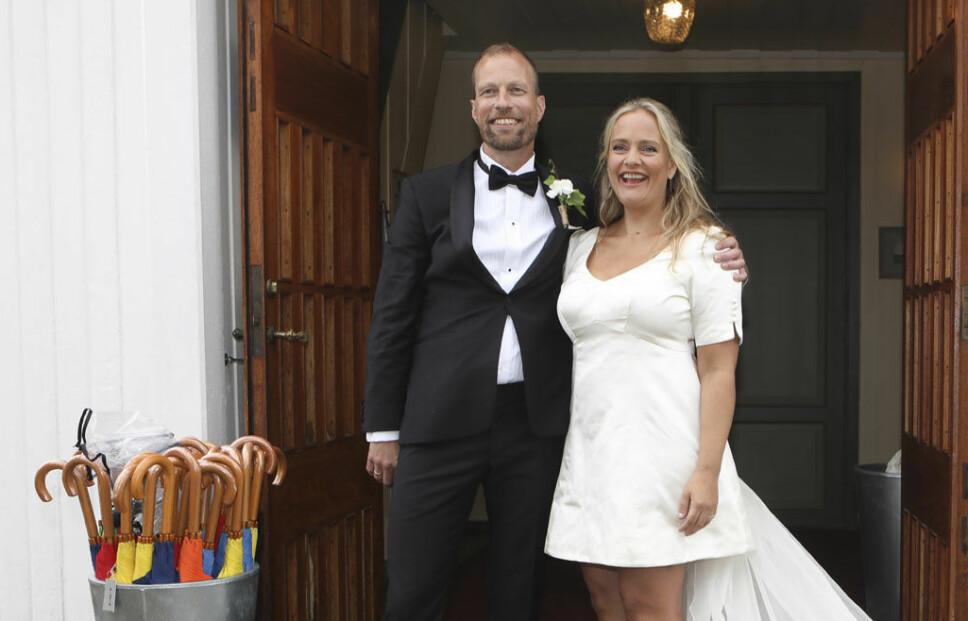 LYKKELIGE: Henriette Steenstrup og Rune Assmann strålte etter vielsen ved Hvasser kirke på Tjøme.