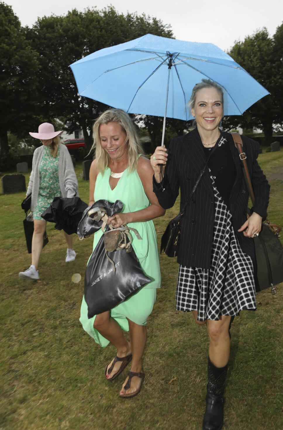 FESTKLEDDE: Solveig Kloppen og Ane Dahl Torp var blant gjestene invitert i bryllupet til Henriette Steenstrup og Rune Assmann.