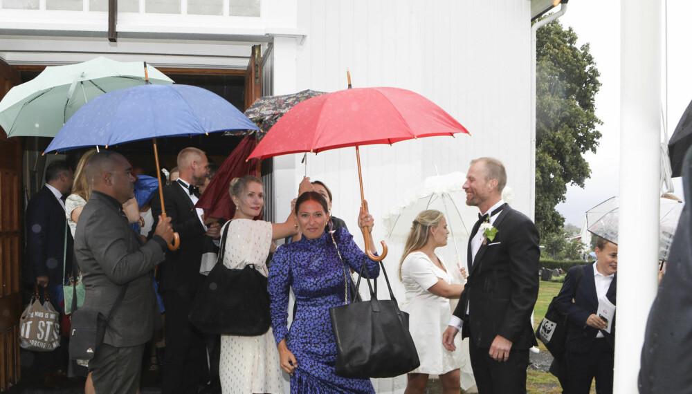INGEN DEMPER PÅ STEMNINGEN: Hverken gjester og brudepar lot ikke det faktum at det regnet legge noen demper på humøret.