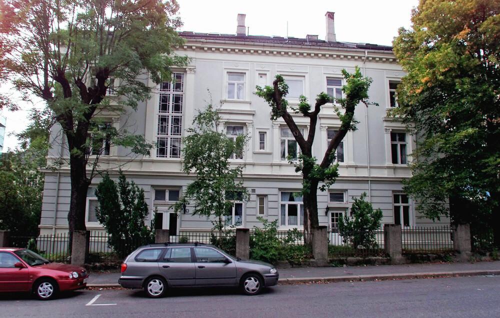 FØRSTE FELLES BOLIG: I september 2000 kjøpte Haakon toppetasjen i bygården i Ullevålsveien 67 i Oslo. I februar året etter flyttet han inn sammen med Mette-Marit og lille <br>Marius. Tre år senere flyttet de til Skaugum.