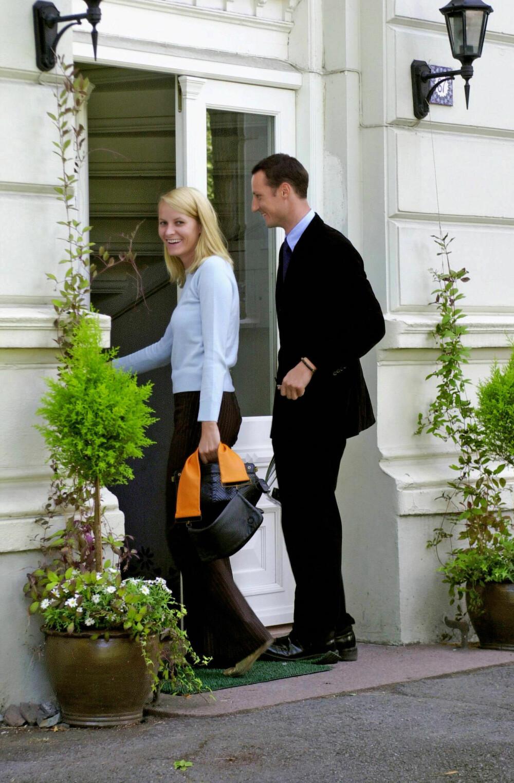 PÅ VEI INN: Det kommende kronprinsparet på vei inn i leiligheten sin i Ullevålsveien.