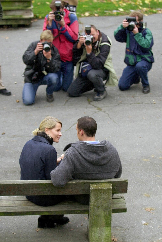 HISTORISK: Kronprinsen invitere pressen til å bli med ham og kjæresten på en vandretur på St. Hanshaugen i Oslo 16. oktober 2000. Her viste han frem kjæresten offentlig for første gang, og de fortalte at det ville komme en kongelig forlovelse før jul samme år.