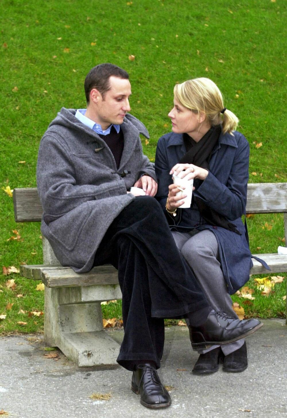 STERKE FØLELSER: Med hver sin kaffekopp i hånden poserte Haakon og Mette-Marit for pressen for aller første gang.
