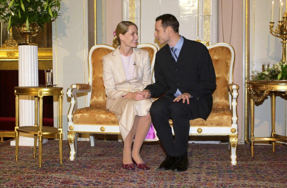 LYKKELIGE: Under en pressekonferanse på Det kongelige slott 1. desember 2000 fortalte et forelsket par at de nå var forlovet. De snakket varmt om hverandre og om fremtiden, men nektet å svare noe som helst på spørsmålene om Mette-Marits utagerende fortid.