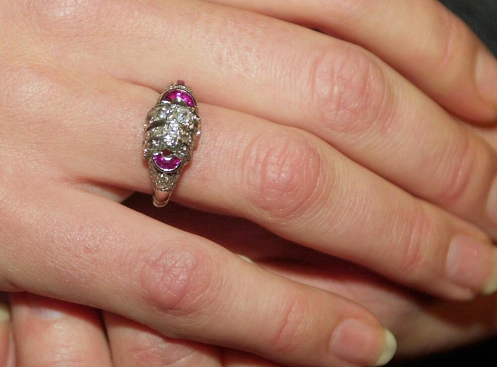<b>ARVEGODS:</b> Mette-Marits forlovelsesring består av en stor diamant omgitt av to buede rubiner. Kong Olav ga samme ring til sin Märtha før kong Harald <br/>ga den samme ringen til Sonja.
