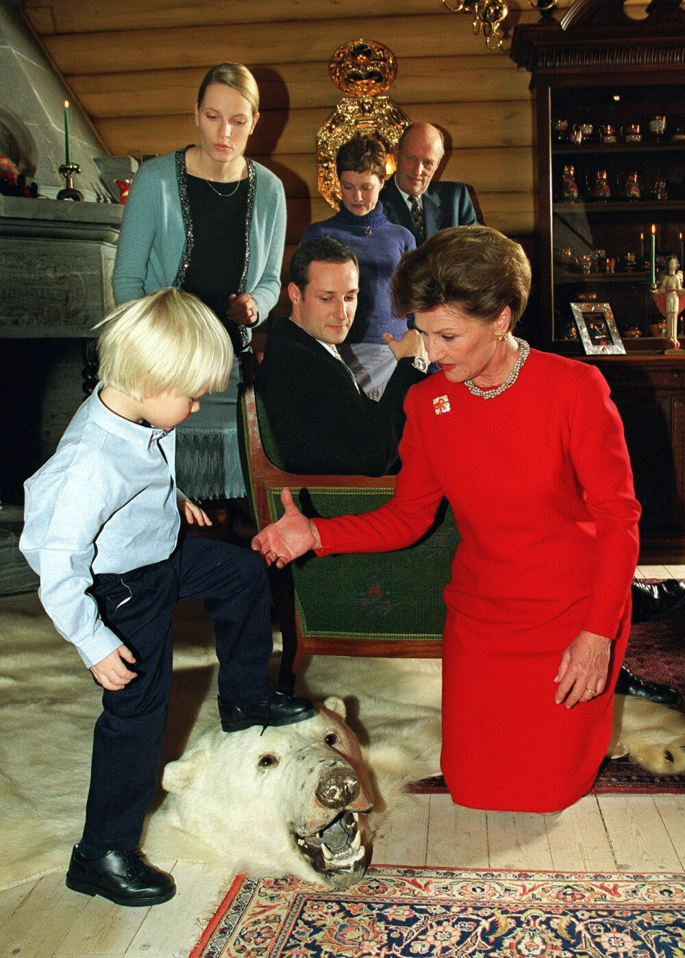 FAMILIEJUL: For første gang var Mette-Marit og Marius med på den offisielle julefotograferingen i 2000. Dronning Sonja gikk ned på kne for å hjelpe bonusbarnebarnet å komme seg opp på isbjørnhodet på gulvet på Kongsseteren.