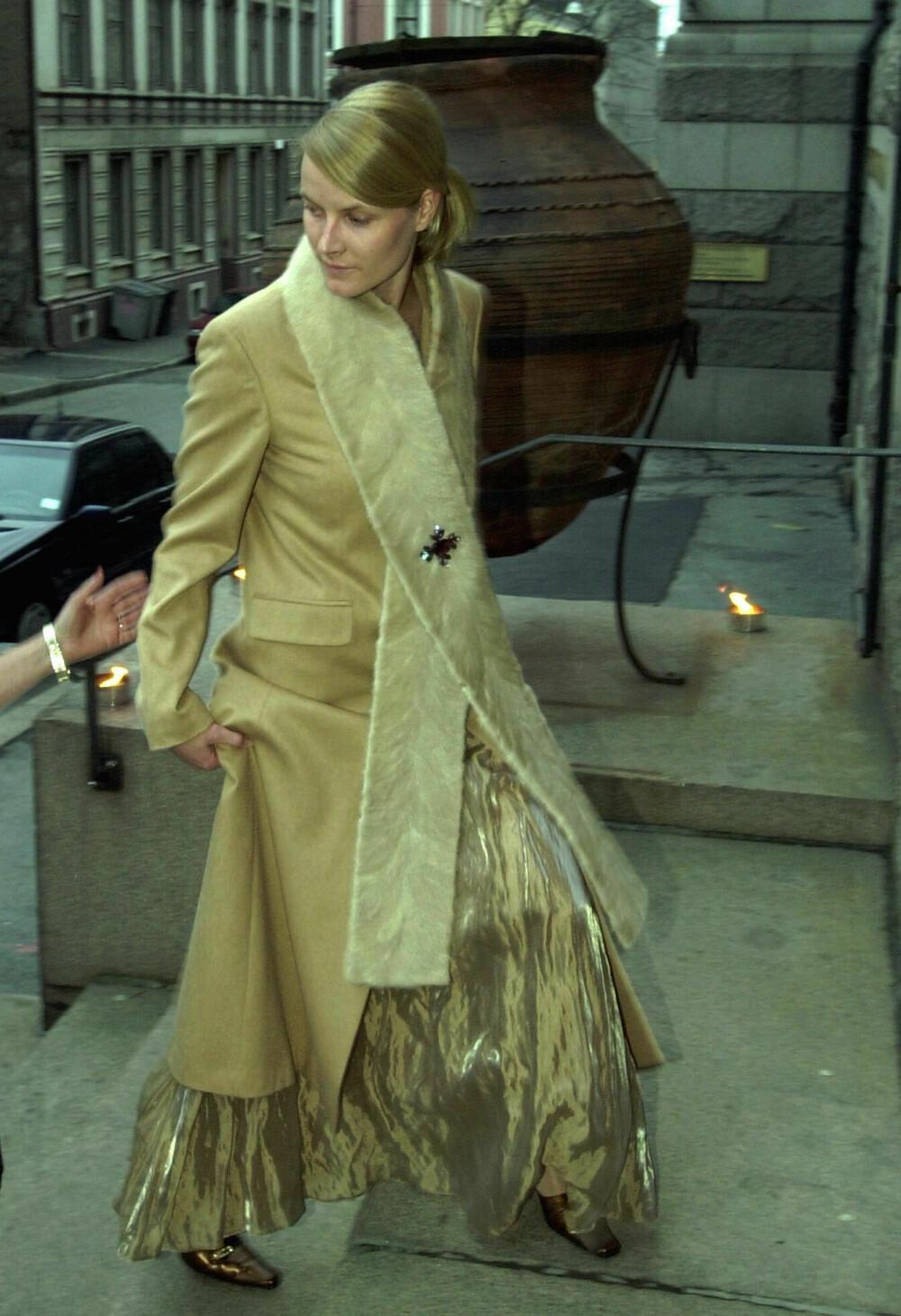 GYLLEN DAME: Da Kunstindustrimuseet i Oslo feiret 125-årsjubileum i 2000, dukket Mette-Marit opp i en gyllen kjole med tilhørende kåpe og ekstra langt skjerf.