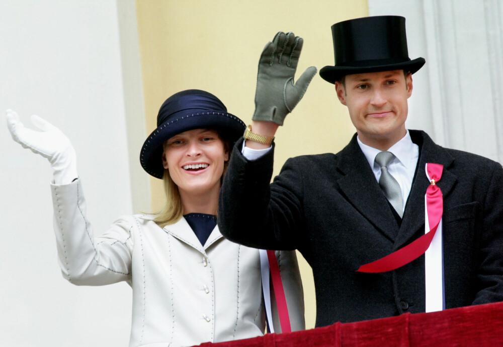 FØRSTE 17. MAI: Sørlandsjenta var forlovet med Norges kronprins og fikk derfor vinke til folket på Slottsbalkongen for aller første gang på nasjonaldagen i 2001.
