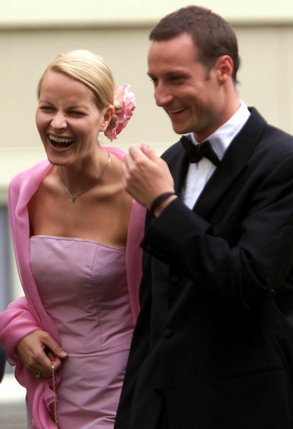 <b>KONGELIG BRYLLUP:</b> Tre måneder før de selv skulle gifte seg, var Mette-Marit og Haakon gjester i bryllupet til prins Constantijn og prinsesse Laurentien i Nederland. Den rosa kjolen er designet avOve HarderFinseth, som også designet brudekjolen hennes.