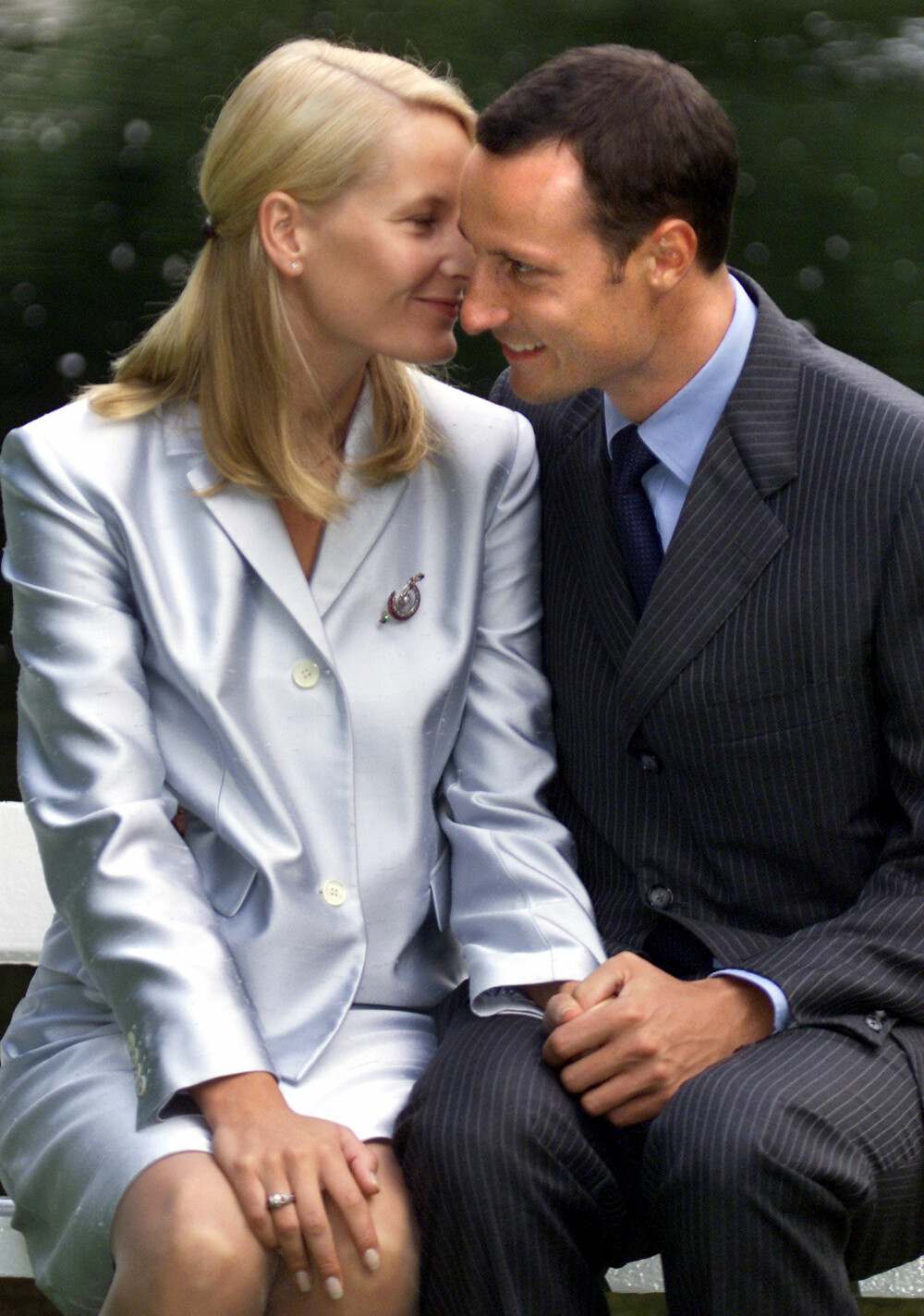 SPENTE: Det var bare tre dager igjen til det kongelige bryllupet da Mette-Marit og Haakon stilte opp til fotografering i Slottsparken etterfulgt av en direktesendt pressekonferanse på Det kongelige slott.