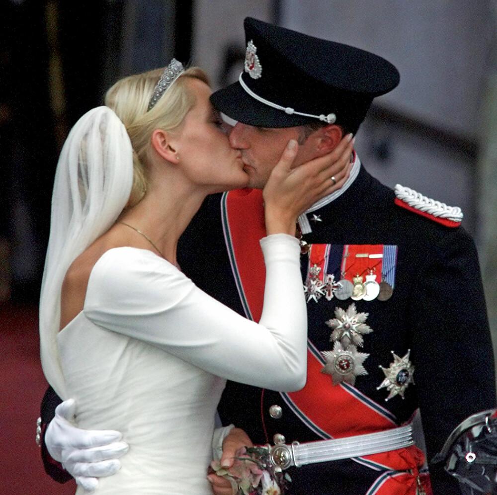 ØMT KYSS: Mette-Marit har akkurat blitt Norges nye kronprinsesse, og kysset hun ga ektemannen utenfor Oslo domkirke ble ikonisk.