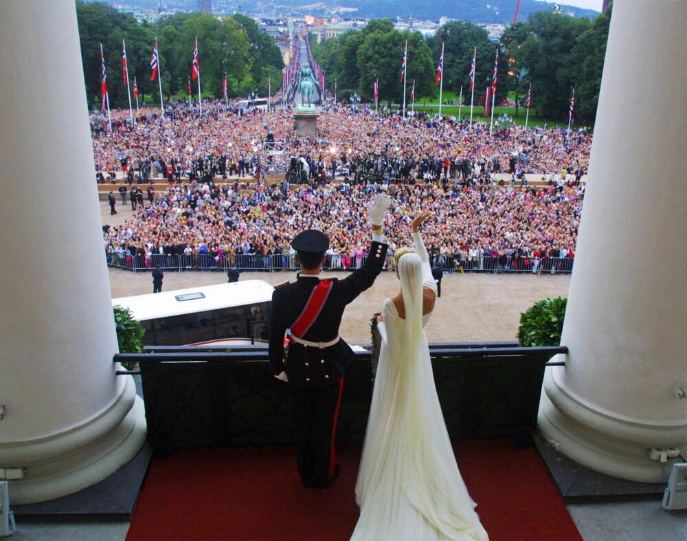 HILSTE FOLKET: Tusenvis av mennesker hadde møtt opp utenfor Slottet for å hylle det nybakte ekteparet 25. august 2001.