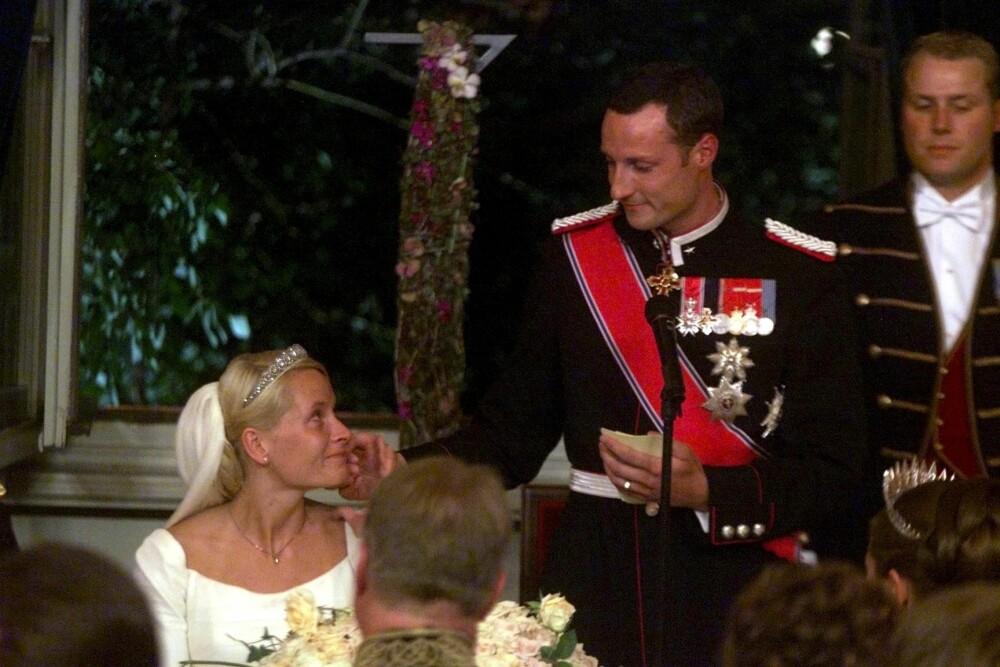 RØRENDE: Tårene rant da Haakon holdt sin tale til Mette-Marit. – Jeg er stolt over å kunne kalle meg livsledsageren din. For nå er vi her, nå er vi sammen. Mette-Marit, jeg elsker deg, sa kronprinsen.