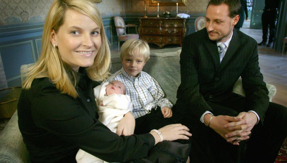 FAMILIEFOTOGRAFI: Kronprinsesse Mette-Marit, prinsesse Ingrid Alexandra, Marius Borg Høiby og kronprins Haakon stiller opp på en kort fotoshoot 1. februar 2001.