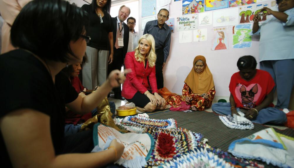 PÅ BESØK: Mette-Marit besøker et hjem for kvinner og barn med HIV/Aids i Kuala Lumpur i Malaysia i mai 2013.